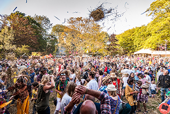Straw throwing  @ Moseley Folk Festival '15 / By Rob Hadley - Indie Images, for Birmingham Review