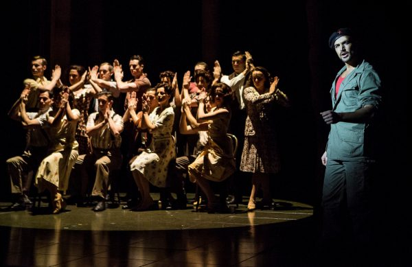 Chorus and Gian Marco Schiaretti as 'Che' / Pamela Raith Photography